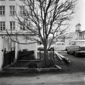 Leiði Angelu Krüger og stúlku hennar. Jarðsettar 1882 og 1883. Mynd tekin 1966. Horft á vinnuskúra og Landssimahúsið - Dómkirkjan og Alþingishúsið fjær til hægri.